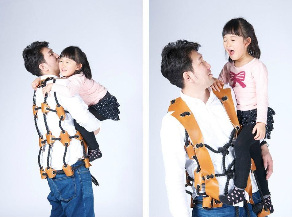 Japan Kinder klettern auf Eltern